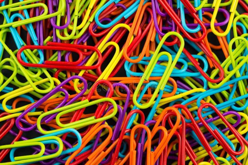 Bündel multi Farbbüroklammern stockbild