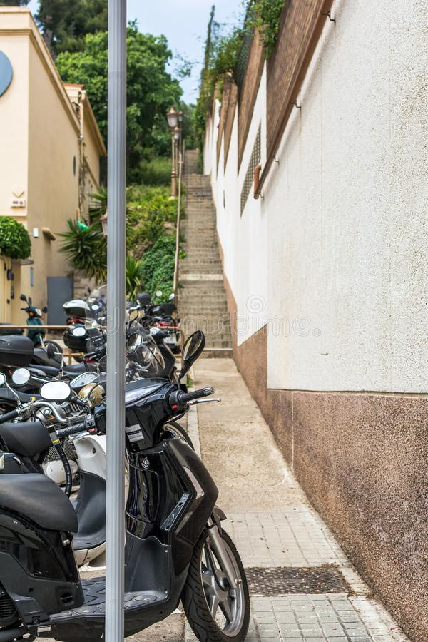 Bündel Roller parkte in der sehr schmalen Straße mit Treppe im Ba stockfotografie