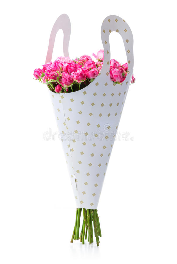 Bündel rosa Rosen in der Papierverpackung stockfotografie