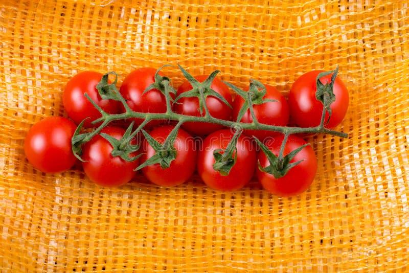 Bündel rote reife geschmackvolle frische Kirschtomaten stockbild