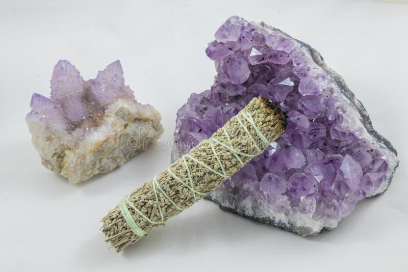Bündel Salbei mit schönem Geist-Quarz-und Amethyst-Kristall lizenzfreie stockbilder