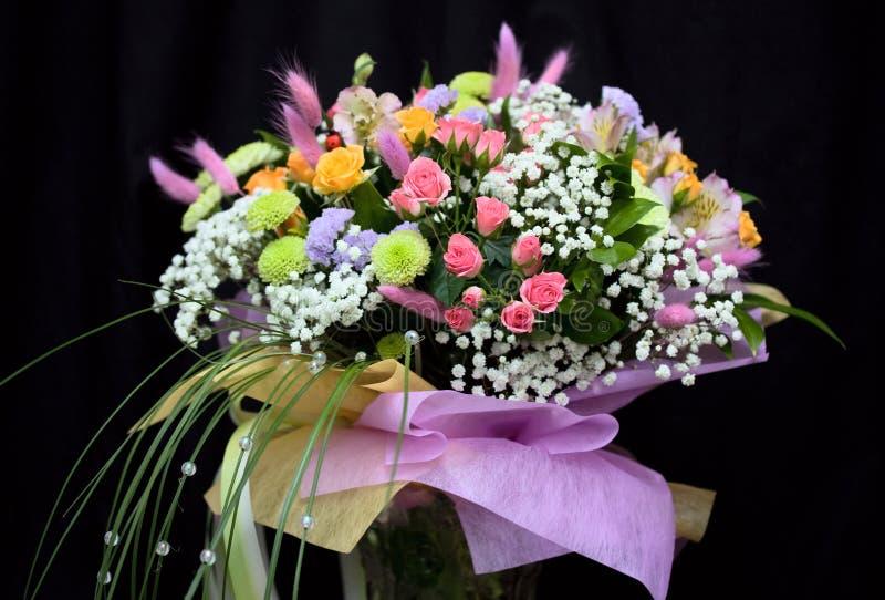 Bündel schöne Blumen lizenzfreies stockbild