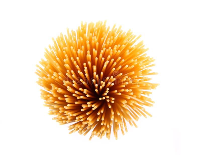 Bündel Spaghettis auf weißem Hintergrund stockbild
