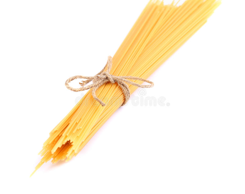 Bündel Spaghettis lokalisiert auf weißem Hintergrund stockfotografie