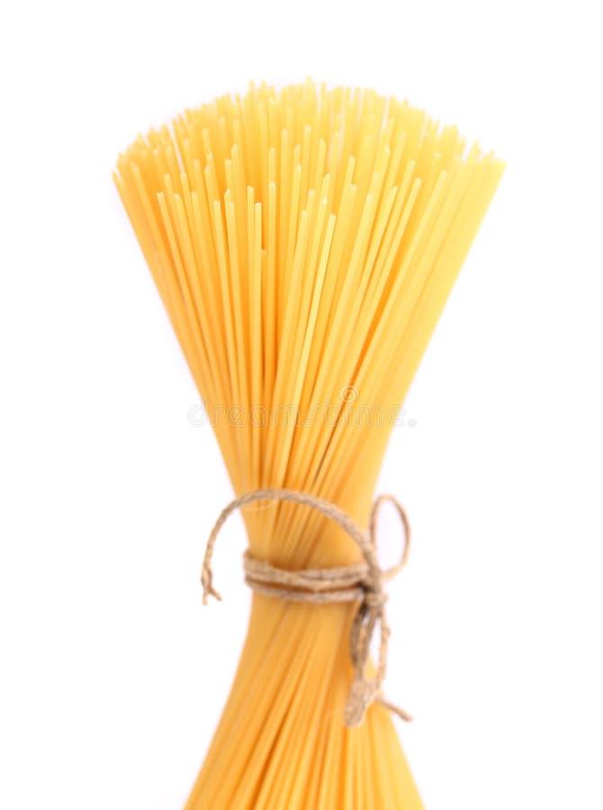 Bündel Spaghettis lokalisiert auf weißem Hintergrund stockbilder