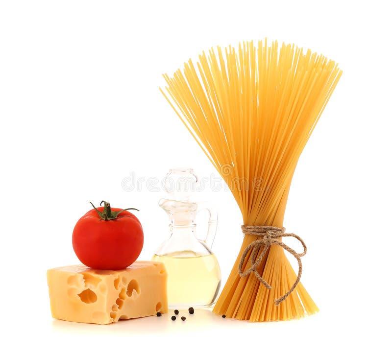 Bündel Spaghettiteigwaren, frische Tomaten, Käse stockbild