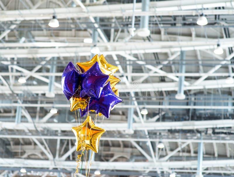 Bündel von blauer und gelber Plastik steigt mit Gewebeindustriedesign im Ballon auf stockfoto