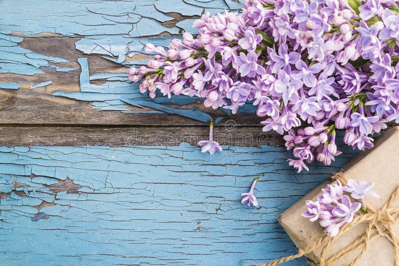 Bündel von purpurroten Fliedern und von handgemachter Geschenkbox stockfotografie
