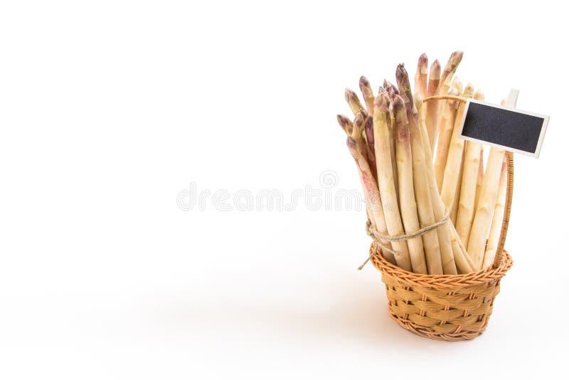 Bündel weiße Spargelstangen in einem Weidenkorb, auf weißem Hintergrund stockfotos