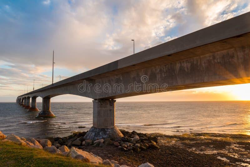 Bündnis-Brücke bei Sonnenuntergang stockfotografie