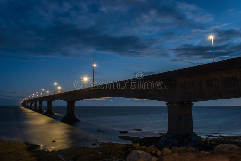 Bündnis-Brücke nachts lizenzfreie stockfotos
