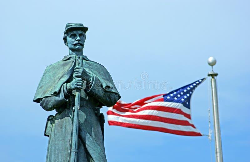 Bürgerkriegstatue mit amerikanischer Flagge lizenzfreie stockbilder