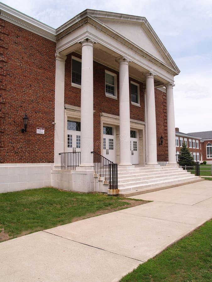 Bürgersteig durch eine Highschool des alten Ziegelsteines mit Spalten lizenzfreie stockfotos