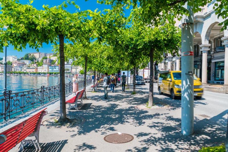 Bürgersteig in Lugano am sonnigen Tag lizenzfreie stockbilder