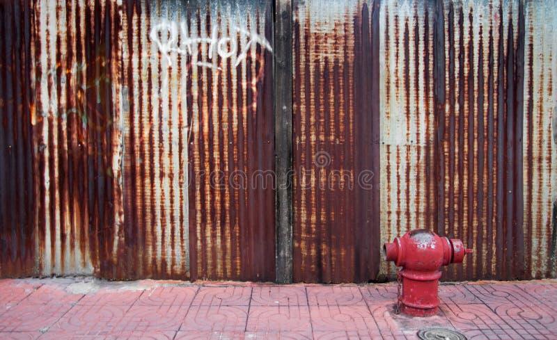 Bürgersteig und ein Hydrant in Bangkok mit einer Wand der schönen rostigen Blechtafel stockbilder