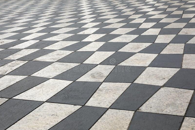 Bürgersteig von weißen und schwarzen Steinplatten lizenzfreie stockfotos