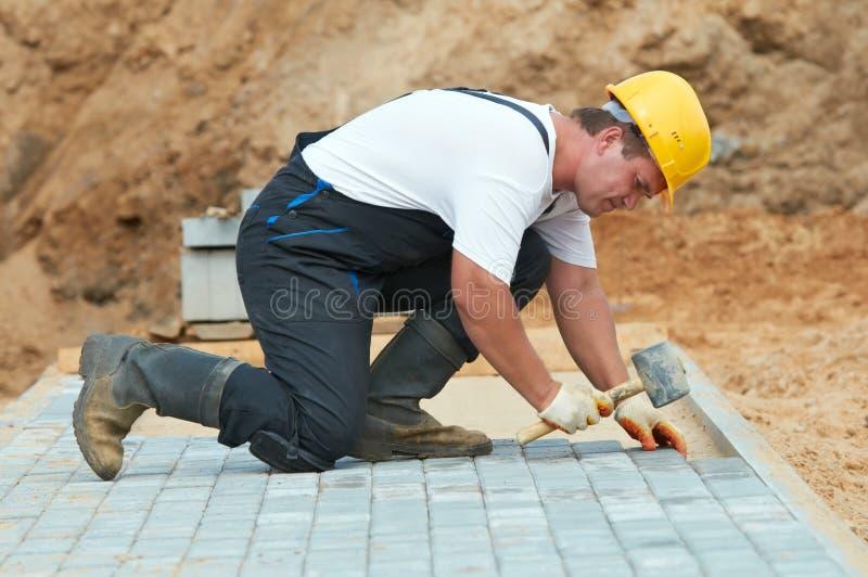 Bürgersteigplasterungs-Bauarbeiten stockbild