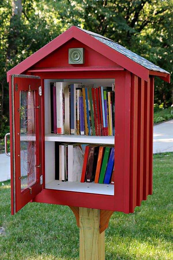 Bürgersteigs-Bibliothek in der Wohnnachbarschaft stockbilder