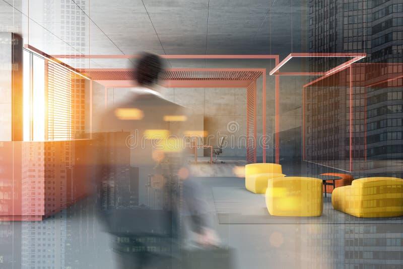 Büro-Aufenthaltsraumbereich des Geschäftsmannes hereinkommender lizenzfreie stockfotografie