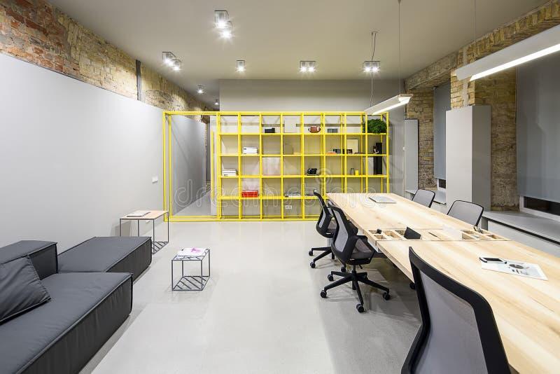 Büro in der Dachbodenart stockbilder