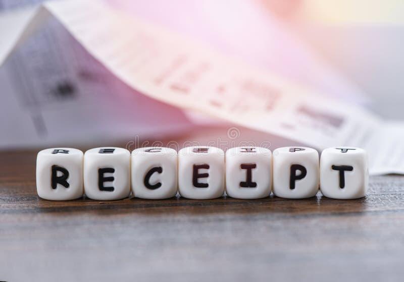 Büro des Empfangspapiers auf dem Tisch mit würfelt WortBareinnahmen-Einkaufslistepapier-Registrierkasse-Lohnliste lizenzfreies stockfoto