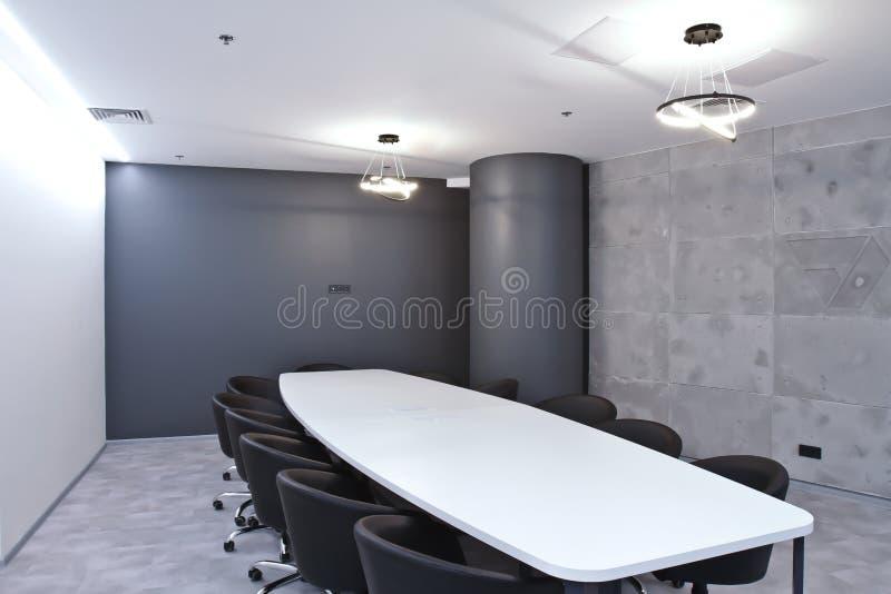 Büro für Sitzungen im Büro Eine große Tabelle für Verhandlungen im Geschäftszentrum Ein Raum für Verhandlungen im Büro von lizenzfreies stockbild