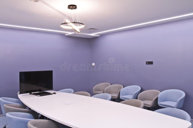 Büro für Sitzungen im Büro Eine große Tabelle für Verhandlungen im Geschäftszentrum Ein Raum für Verhandlungen im Büro von lizenzfreie stockbilder