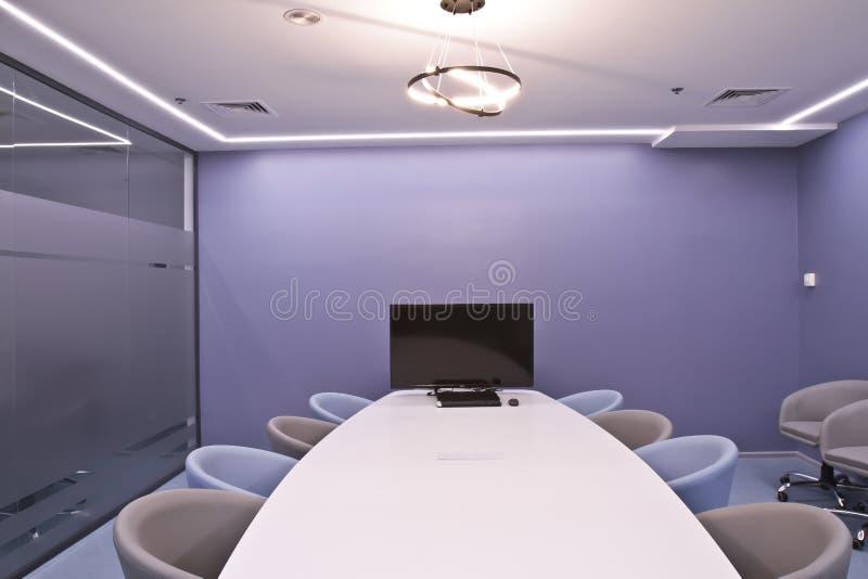 Büro für Sitzungen im Büro Eine große Tabelle für Verhandlungen im Geschäftszentrum Ein Raum für Verhandlungen im Büro von stockfotografie