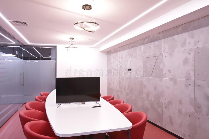 Büro für Sitzungen im Büro Eine große Tabelle für Verhandlungen im Geschäftszentrum Ein Raum für Verhandlungen im Büro von lizenzfreie stockfotografie
