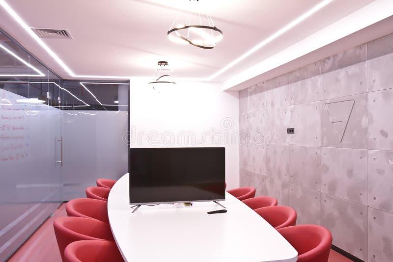 Büro für Sitzungen im Büro Eine große Tabelle für Verhandlungen im Geschäftszentrum Ein Raum für Verhandlungen im Büro von lizenzfreie stockfotos