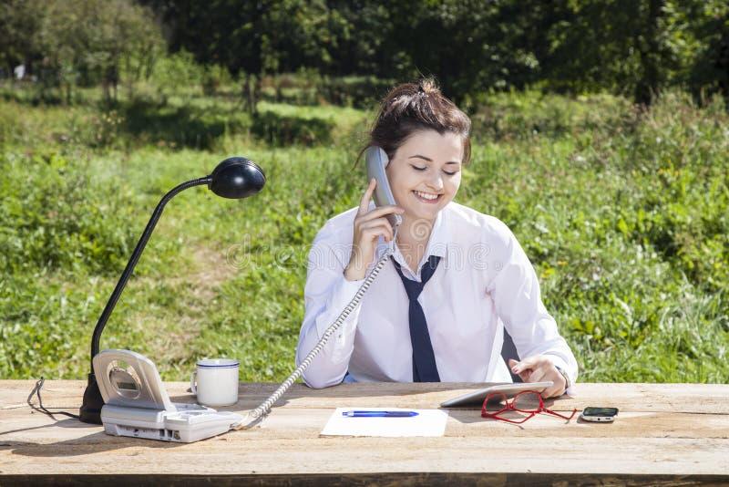 Büro im Park macht ein Lächeln auf Geschäftsfraugesicht lizenzfreie stockbilder