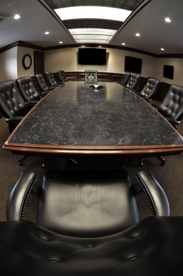 Büro-Konferenzsaal mit Tabelle und Stühlen stockfoto