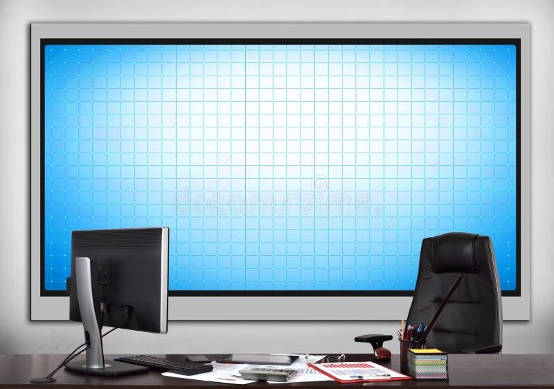 Büro mit leerem Plasmabildschirm lizenzfreie abbildung