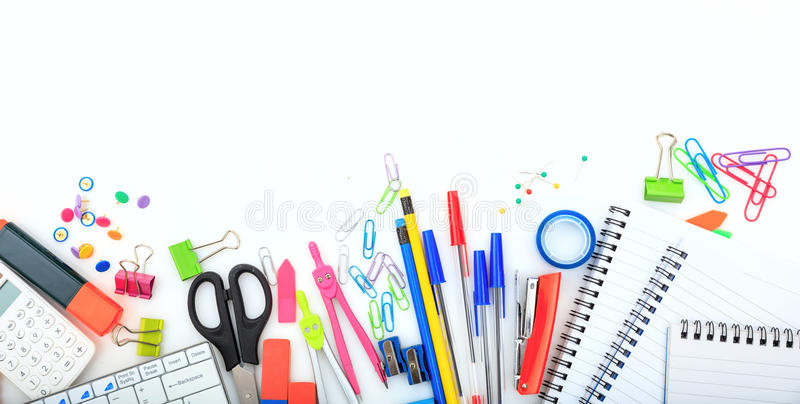 Büro - Schulbedarf auf weißem Hintergrund stockfoto