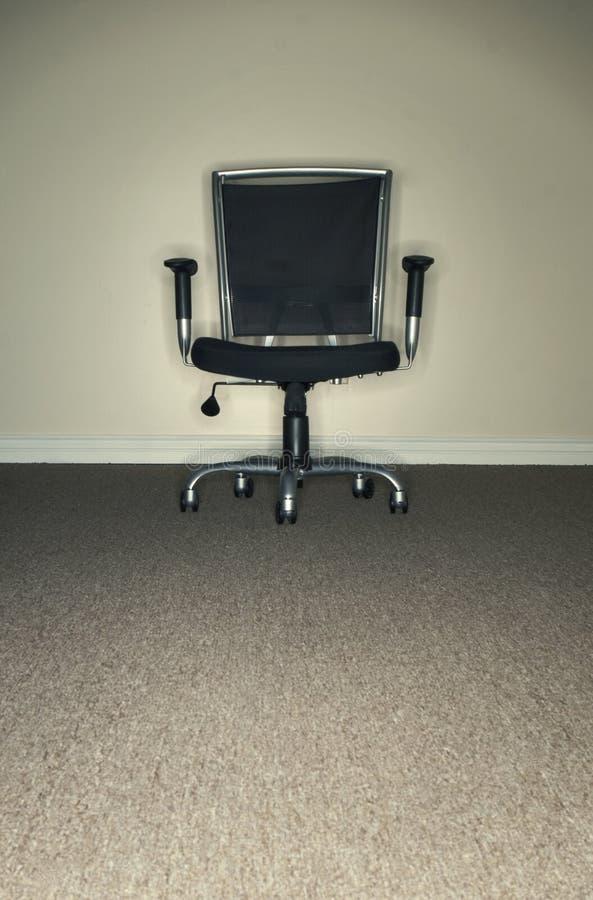 Büro-Stuhl im Büro lizenzfreies stockbild