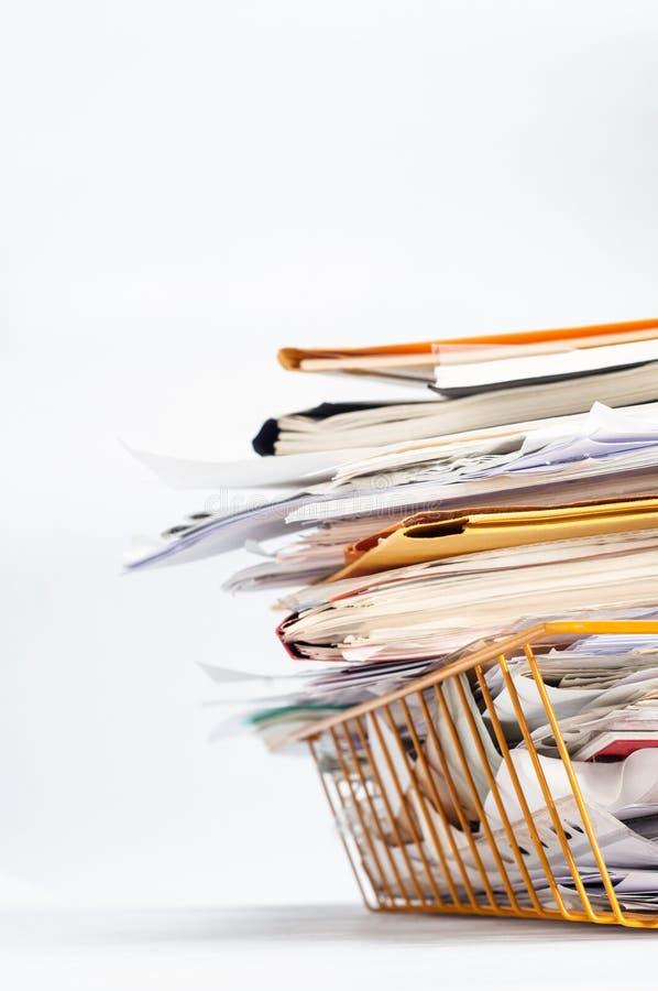 Büro Tray Piled High mit unordentlichen Dokumenten im Winkel stockfotografie