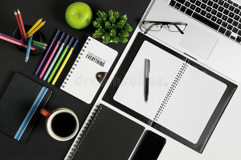 Büro und Schulbriefpapier-und -gerät-Versorgung lizenzfreies stockbild