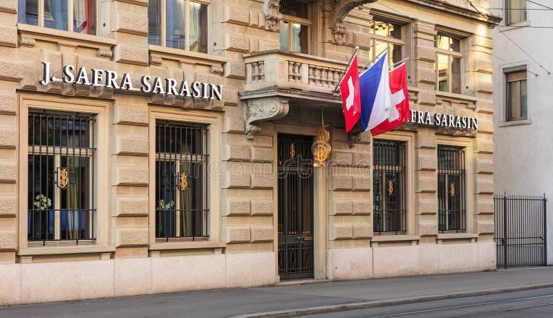 Büro von Bank J Safra Sarasin Ltd., verziert mit Flaggen von Zur lizenzfreie stockfotografie