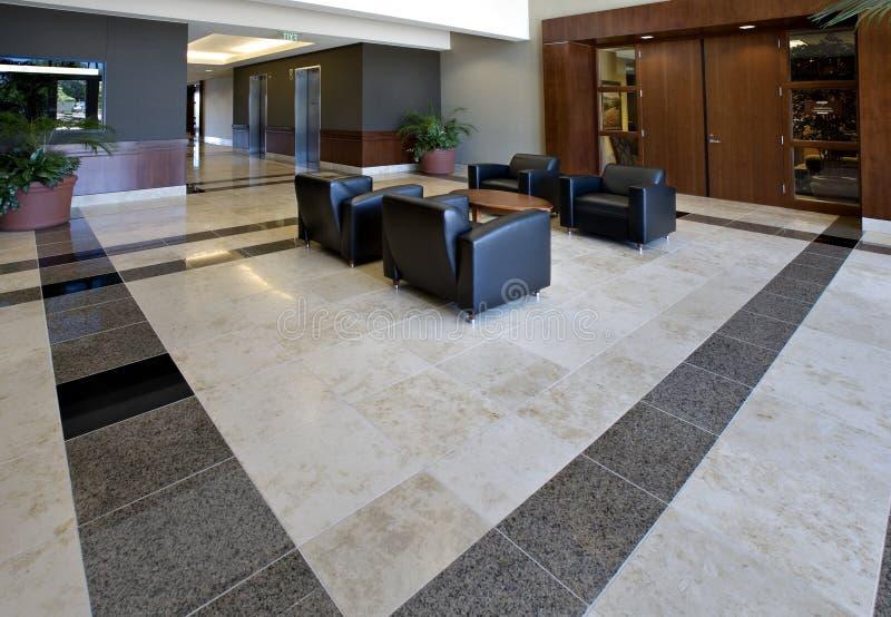 Büro-Vorhalle, die Fliese-Fußboden zeigt stockbild