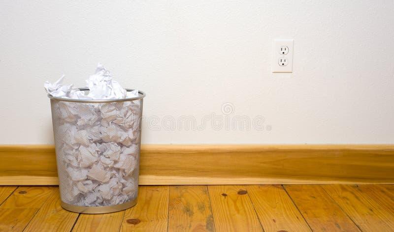 Büroabfalleimer auf Holzfußboden stockfotos