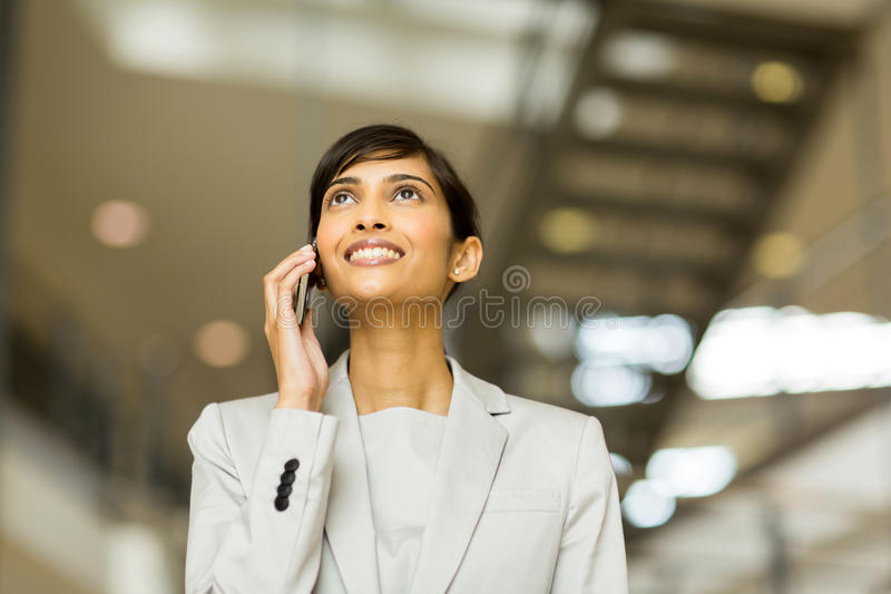 Büroangestellt-Telefonanruf lizenzfreies stockfoto