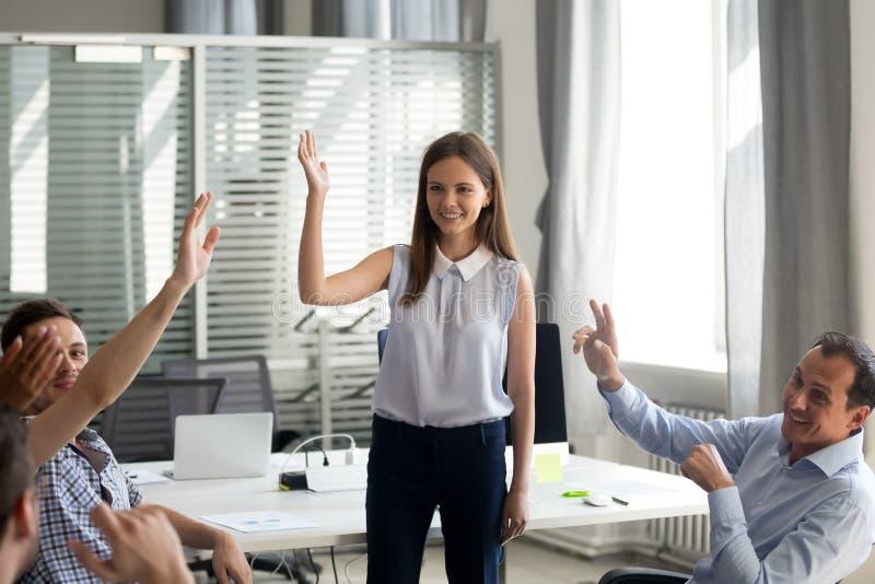 Büroangestellte, die Hände am Geschäftstraining oder an Unternehmensw anheben stockbild