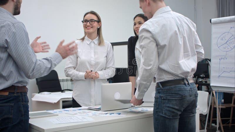 Büroangestellte, die Ideen für das Projekt besprechen lizenzfreie stockfotos
