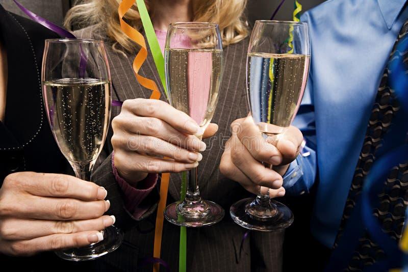 Büroangestellte, die mit Champagner feiern stockfoto