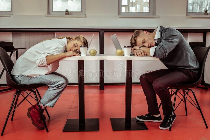 Büroangestellte, die während des aktiven Arbeitstags extrem müde sind lizenzfreies stockbild