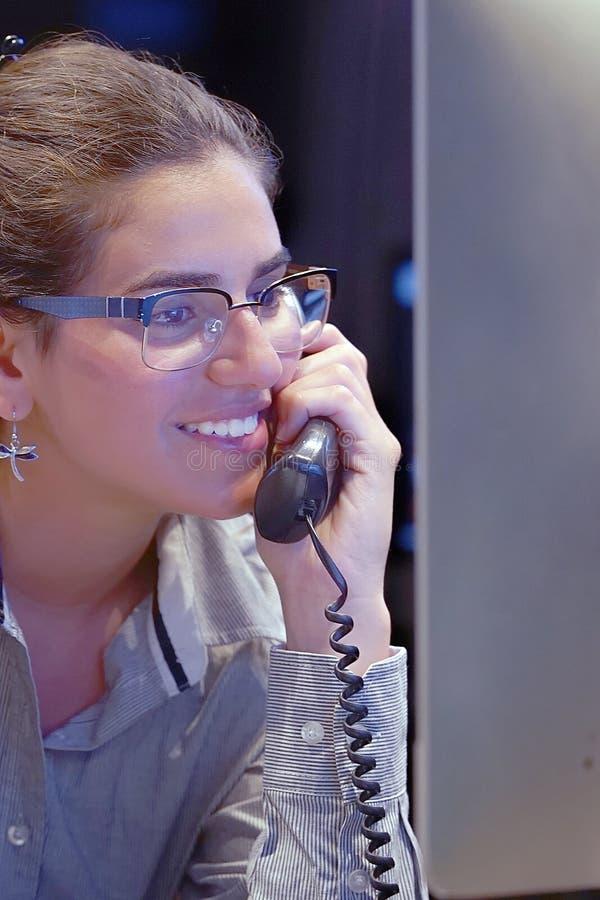 Büroangestellter arbeitet an der Tastatur Ein FrauenBüroangestellter, der am Schreibtisch sitzt und mit einem Computer arbeitet stockbilder