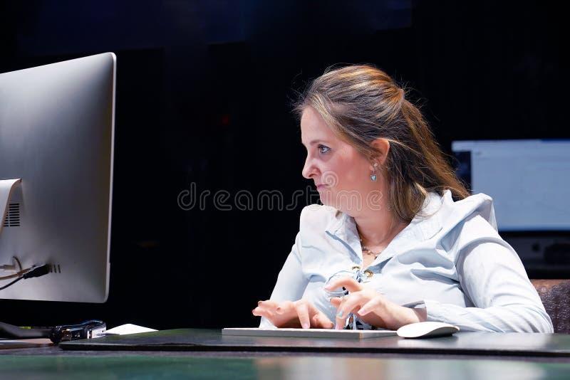 Büroangestellter arbeitet an der Tastatur stockfotografie