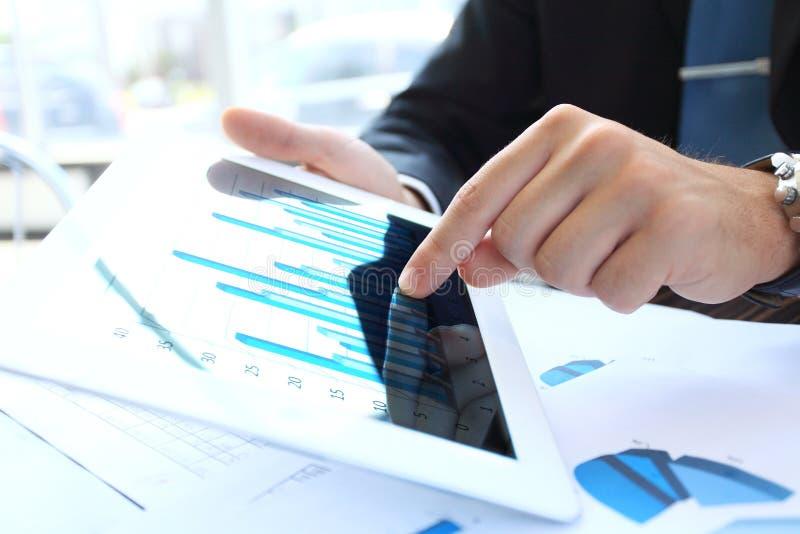 Büroangestellter, der eine Berührungsfläche verwendet, um Daten zu analysieren lizenzfreies stockfoto