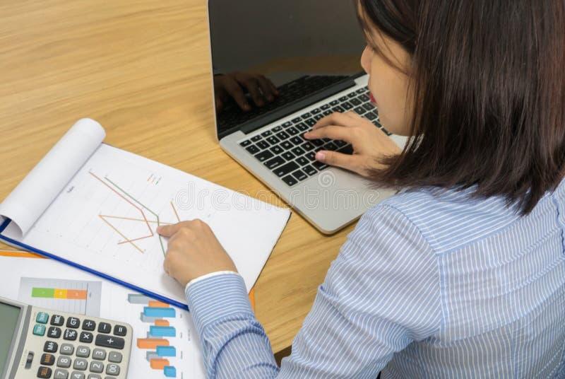 Büroangestellter, der Finanzzahl auf dem Dokument überprüft stockbilder