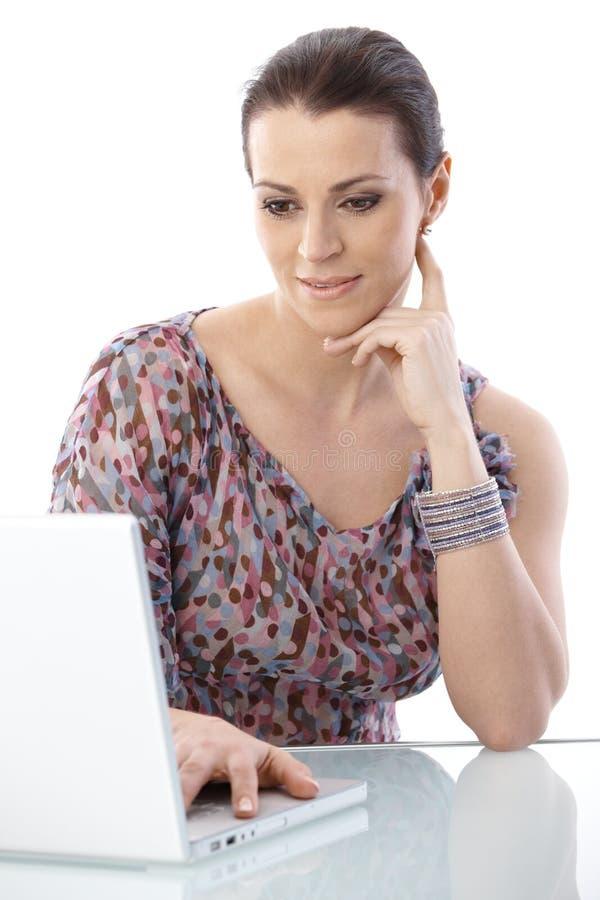 Büroangestellter, der Laptop-Computer verwendet lizenzfreies stockfoto